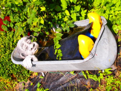 Auch in Holland ist der Camper stets perfekt ausgerüstet. Das tägliche Vollbad für den Gartenzwerg ein Muss!