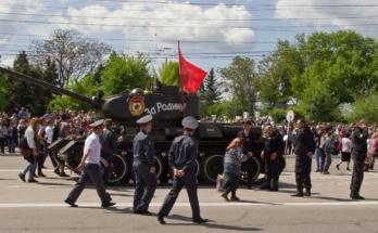 Babuschka zeigt den versammelten Würdenträgern den Weg zur ewigen Flamme.