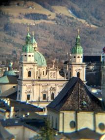 Auch der Österreicher lässt, wie man unschwer erkennen kann, gern mal ein, zwei Kirchen im Dorf