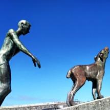"""""""Der windzerzauste Baske im erschöpfenden Zwiegespräch mit seiner Alarmanlage"""", wesentliche Grundprobleme des digaitalen Zeitalters und des Internet of Shit werden hier im Baskenland verspielt und künstlerisch wertvoll ausgedrückt."""
