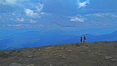Zwei tapfere Wandersmädel und ein Hund stehen sinnierend in der fingierten Einsamkeit des höchsten ukrainischen Gipfels. Was ist geschehen? Wagen wir gemeinsam einen Blick zurück.