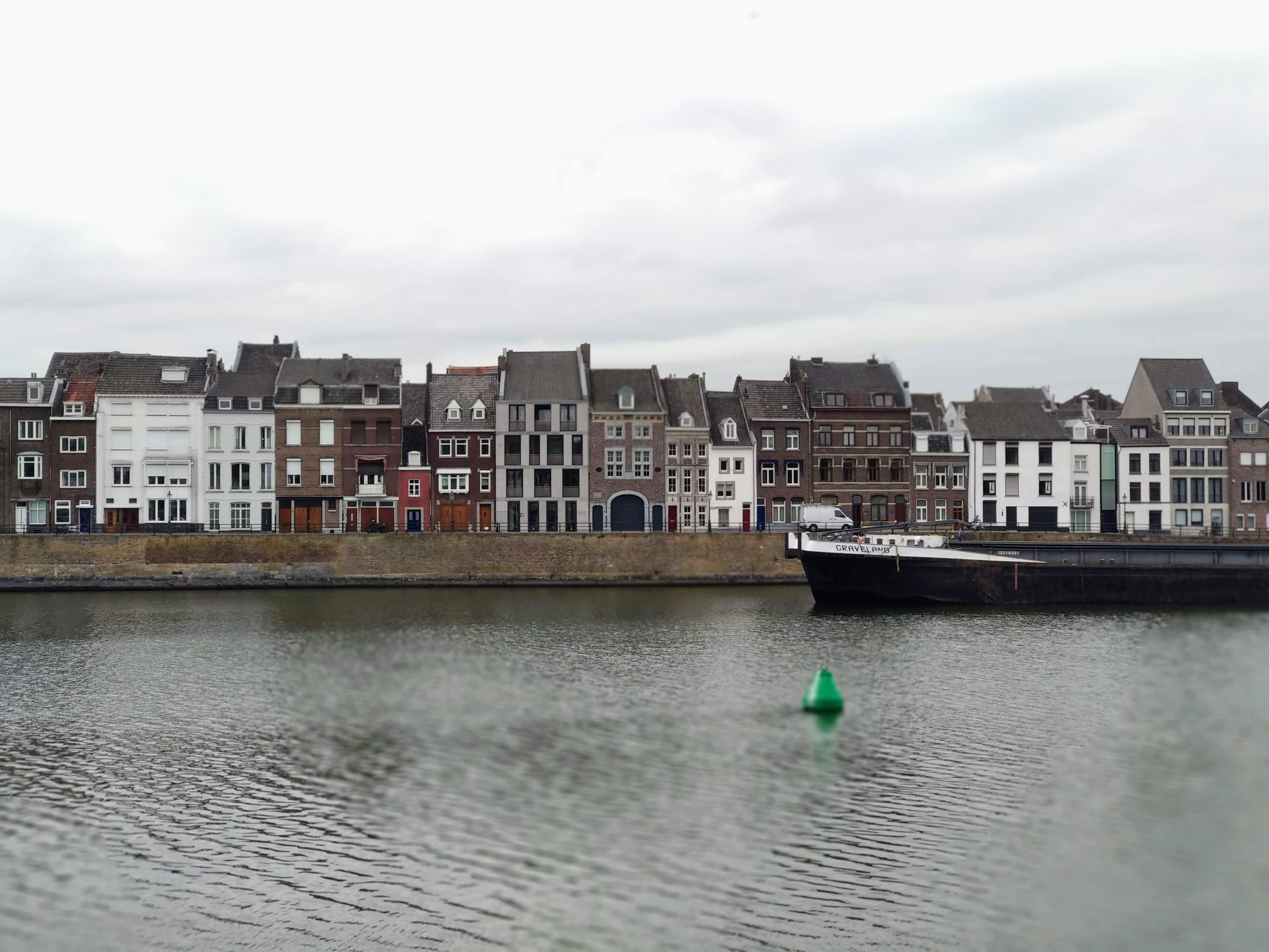 Der Fluss ist das Maas und dieser bringt uns denn auch stromaufwärts schnell nach Belgien.