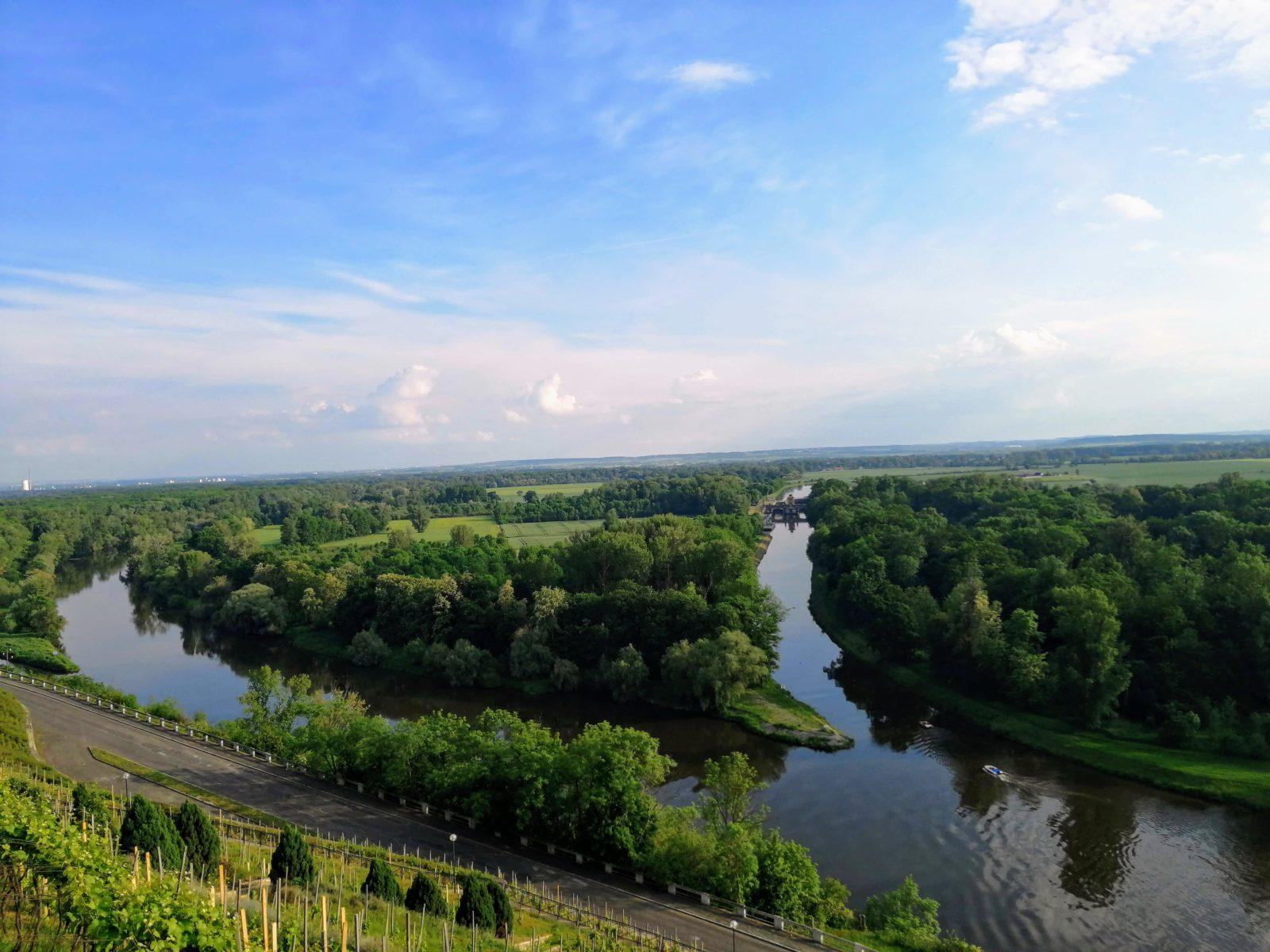 Links der Emporkömmling, rechts der wahre Strom. Die Moldau.