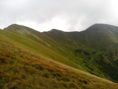 Weiter schraubt sich der Pass in ungeahnte Höhen. Am Ende dieses Tages soll der Dumbier (2043) stehen. Der höchste Gipfel der Niederen Tatra.