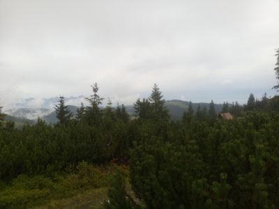Zwei Lichtblicke auf einem Bild: Links taucht erstmals die Tatra aus den Nebelschwaden auf, rechterhand die letzte Chata auf dem Kamm. Die einzige auf dem Ostkamm und meines Erachtens die Beste!
